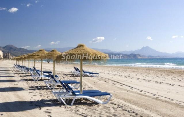playadesanjuan alicante1 - La demanda nacional de viviendas en alquiler de vacaciones aumentó un 24% este verano