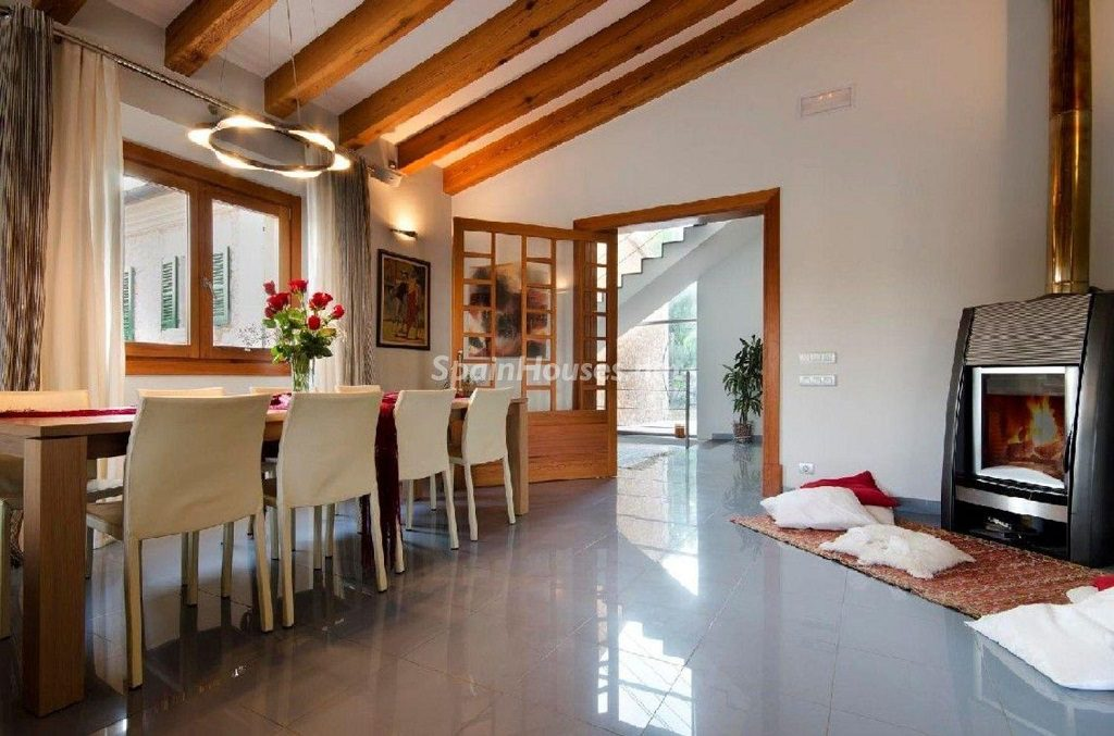 pollensa baleares 1024x677 - Calidez y chimeneas en 17 salones perfectos para disfrutar del invierno