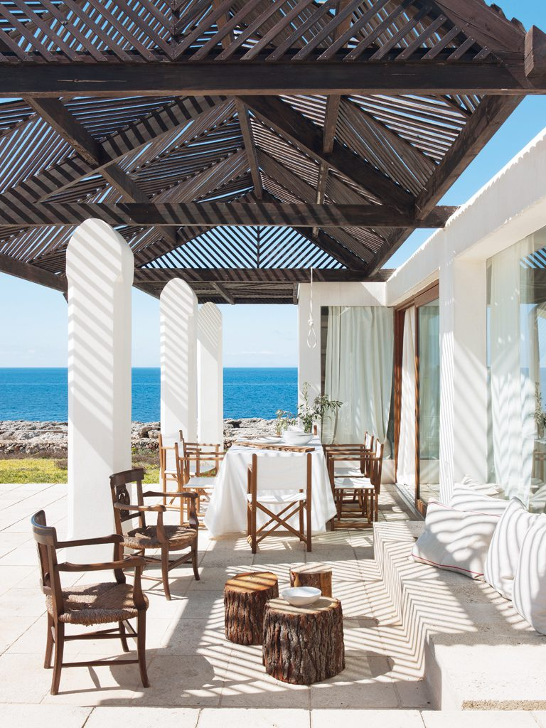 porche 14 768x1024 - Un precioso de refugio otoñal en una casa llena de luz en Menorca (Baleares)