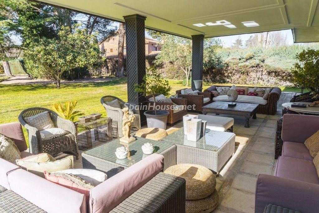 porche 23 1024x684 - Fantástica casa con piscina y un hermoso jardín en Villanueva de la Cañada (Madrid)