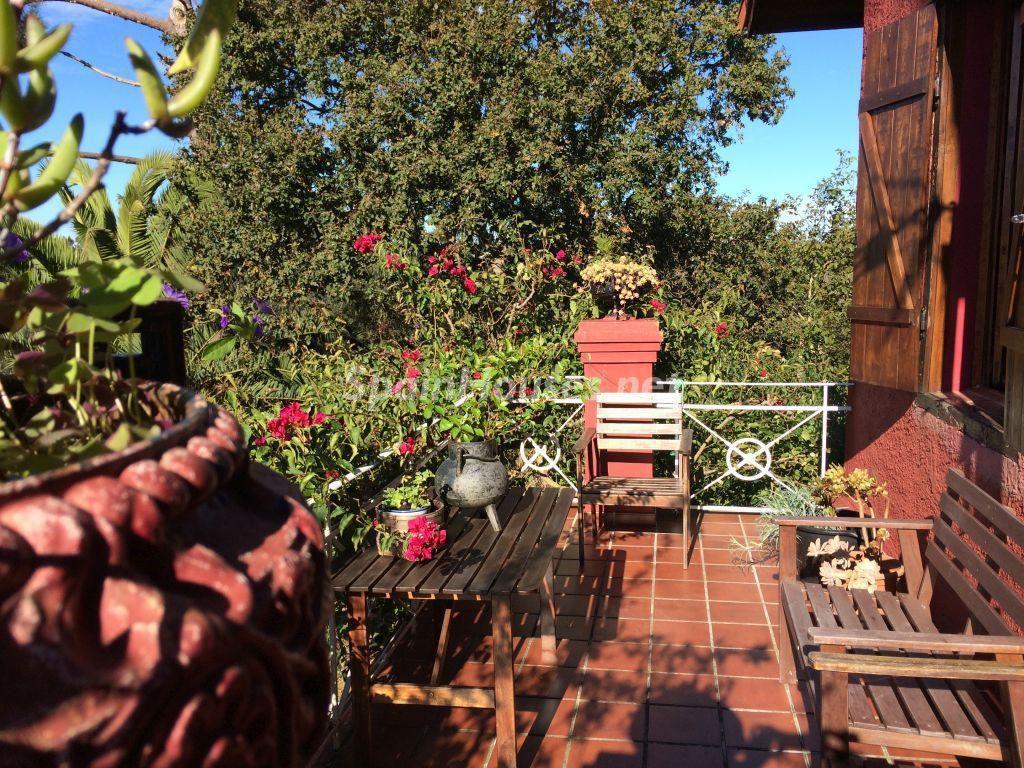 porche 25 1024x768 - Casa primaveral en Villaviciosa (Asturias): encanto, naturaleza y un romántico jardín