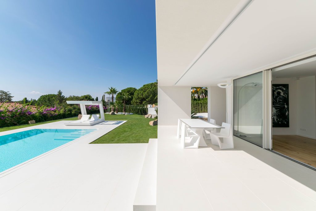 porche 29 1024x683 - Casa en Alella (Barcelona), de diseño minimalista y piscina primaveral