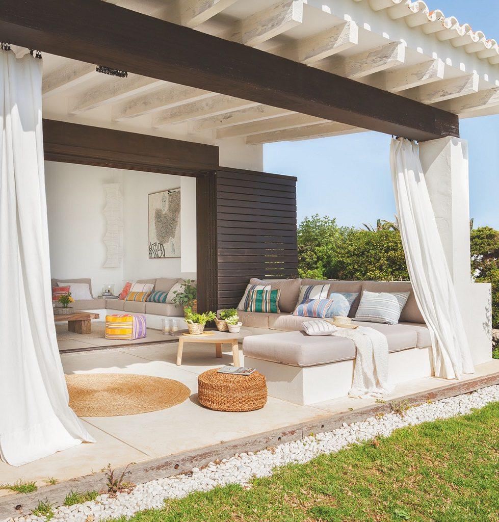 porche 31 979x1024 - Fantástica casa junto al mar en Menorca (Baleares) abierta al Mediterráneo