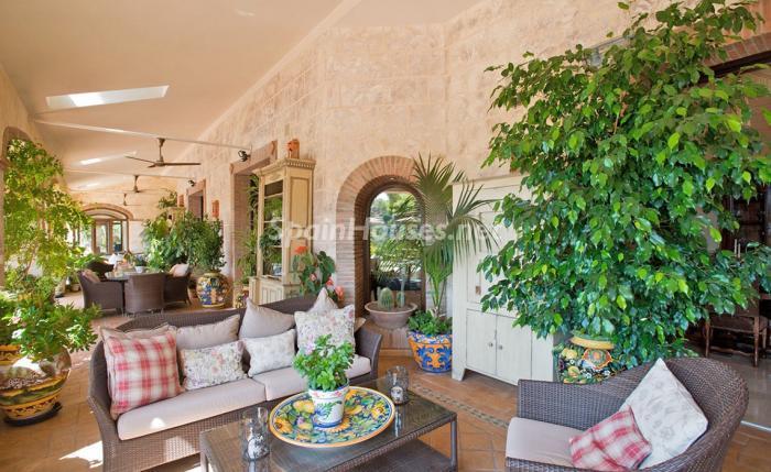 porche 7 - Espectacular villa llena de romanticismo, elegancia y lujo en Benahavís (Costa del Sol)