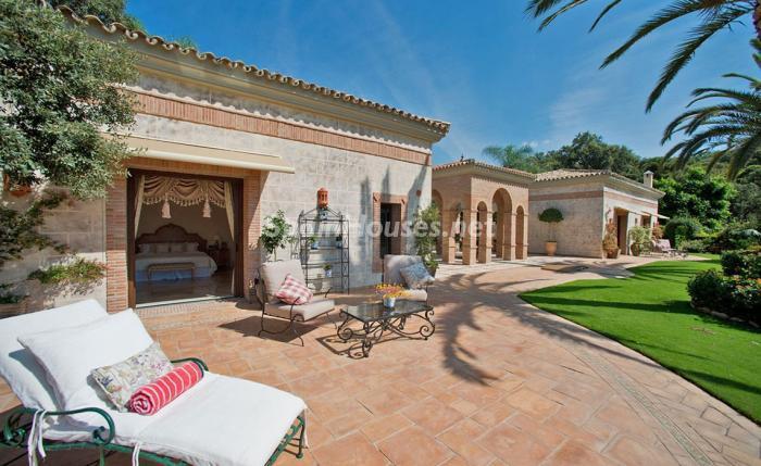porche dormitorio - Espectacular villa llena de romanticismo, elegancia y lujo en Benahavís (Costa del Sol)
