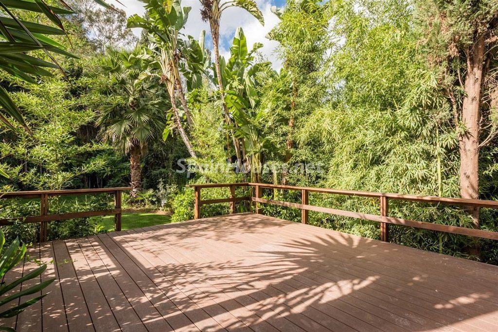 porche terraza 1024x683 - Fantástica villa escondida entre los campos de golf de Nueva Andalucía, Marbella (Málaga)