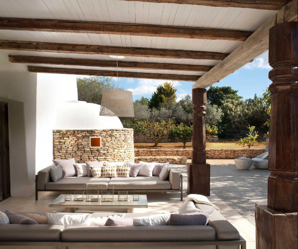 porche1 10 1024x857 - Casa rústica y moderna en Ibiza (Baleares): diseño mediterráneo que enamora