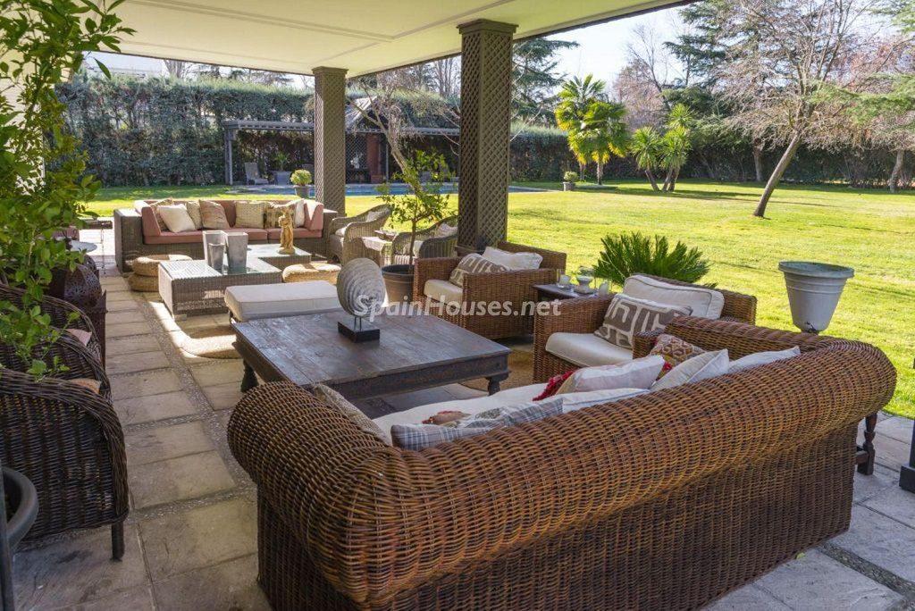 porche1 11 1024x684 - Fantástica casa con piscina y un hermoso jardín en Villanueva de la Cañada (Madrid)