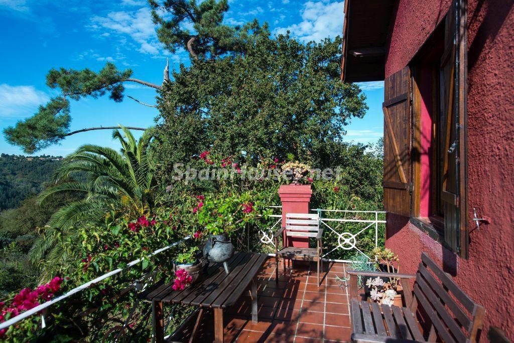 porche1 12 1024x683 - Casa primaveral en Villaviciosa (Asturias): encanto, naturaleza y un romántico jardín