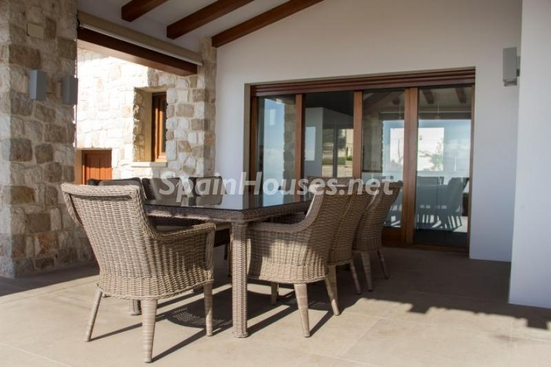 porche1 3 - Lujosa casa vestida de piedra en Benitachell (Costa Blanca) con vistas panorámicas al mar