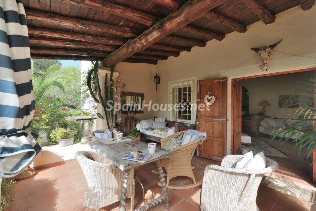 porche1 8 1024x685 - Lujo rústico, naturaleza y encanto en una romántica villa en San José, Ibiza (Baleares)