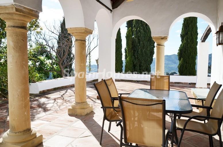 porche2 1 - Vacaciones llenas de encanto en un cortijo andaluz en Frigiliana (Costa del Sol, Málaga)