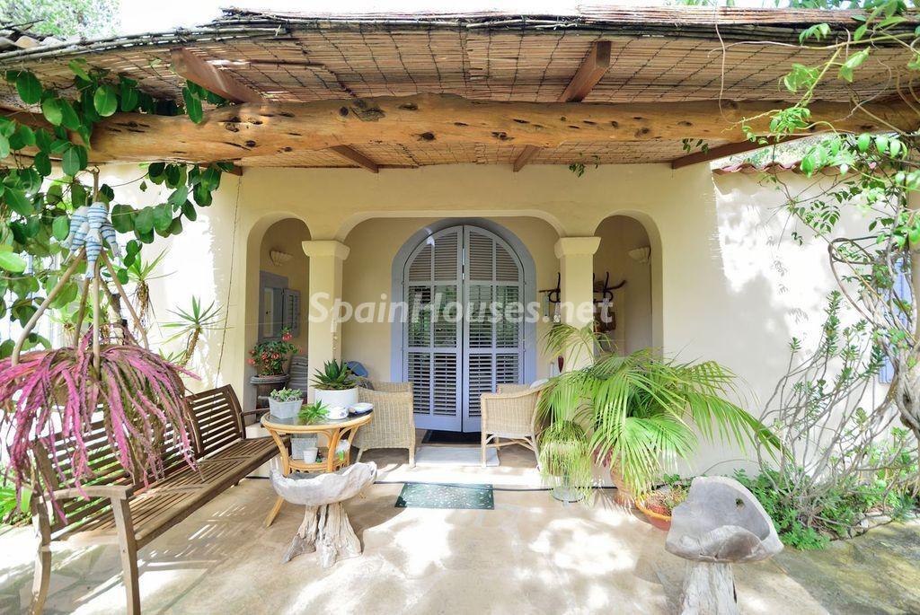 porche2 3 1024x685 - Lujo rústico, naturaleza y encanto en una romántica villa en San José, Ibiza (Baleares)