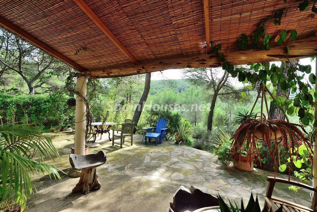 porche3 1 1024x685 - Lujo rústico, naturaleza y encanto en una romántica villa en San José, Ibiza (Baleares)