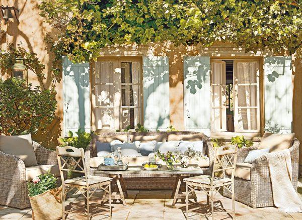 porche bajo una pergola cubierta de ramas 1280x934 600x438 - La Ferme du Bon Dieu: Una granja convertida en casa que alberga una historia de amor