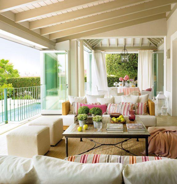porche con zona de estar comedor al lado de la piscina 1229x1280 576x600 - La terraza perfecta sin importar el tamaño