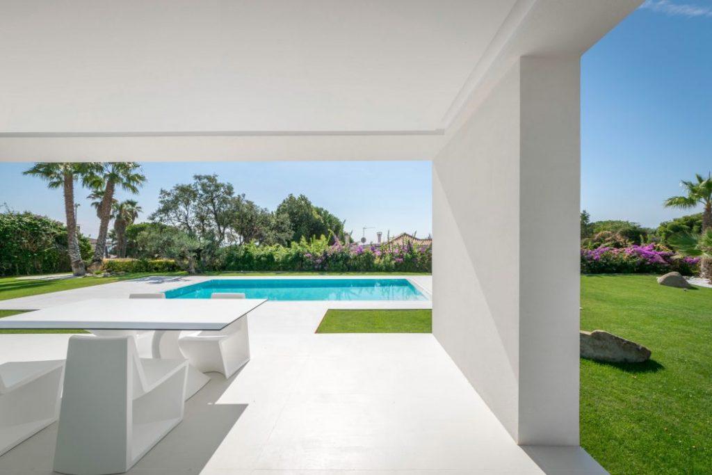 porcheyjardin 3 1024x683 - Casa en Alella (Barcelona), de diseño minimalista y piscina primaveral