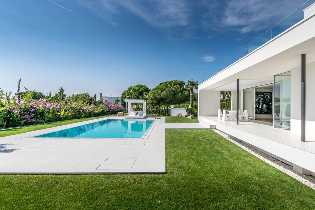 porcheypiscina 14 1024x683 - Casa en Alella (Barcelona), de diseño minimalista y piscina primaveral