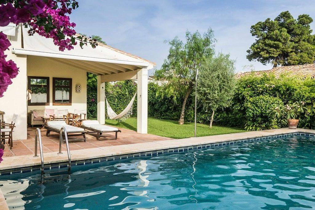 porcheypiscina1 2 1024x682 - Acogedora casa con jardín y piscina en Cancelada, Estepona (Málaga)