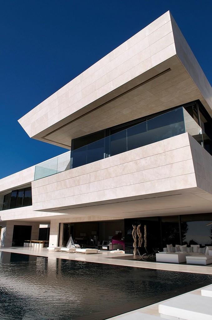 porcheypiscina2 1 680x1024 - Espectacular, imponente y lujosa casa de diseño en Puerto Banús (Marbella, Costa del Sol)