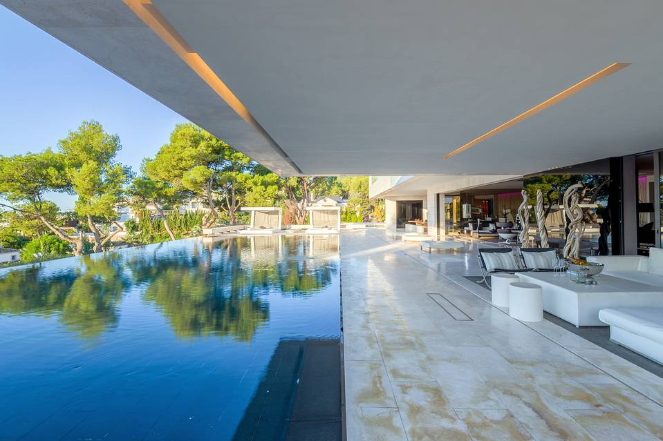porcheypiscina3 1 - Espectacular, imponente y lujosa casa de diseño en Puerto Banús (Marbella, Costa del Sol)