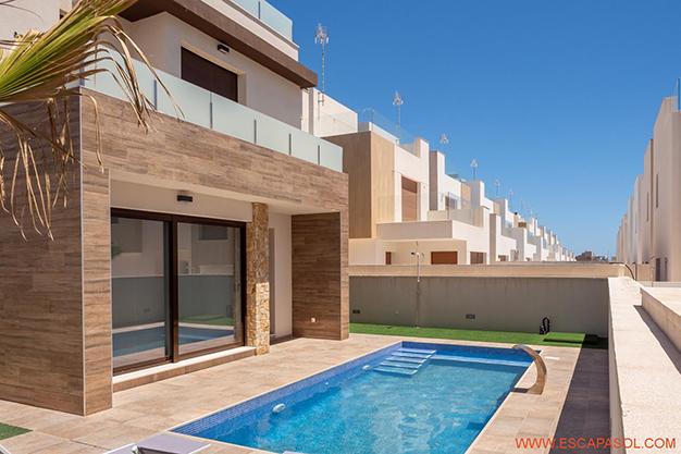 principal alicante - Esta villa con piscina en Alicante a estrenar te espera para comenzar una nueva vida