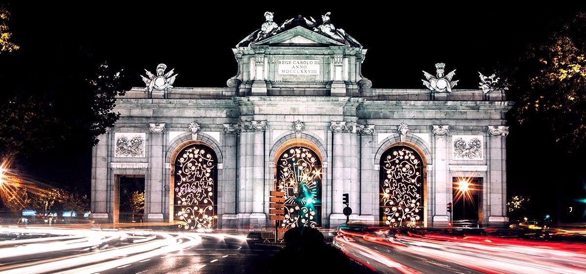 puerta alcala navidad1 - Las 5 ciudades de España que más brillan en Navidad