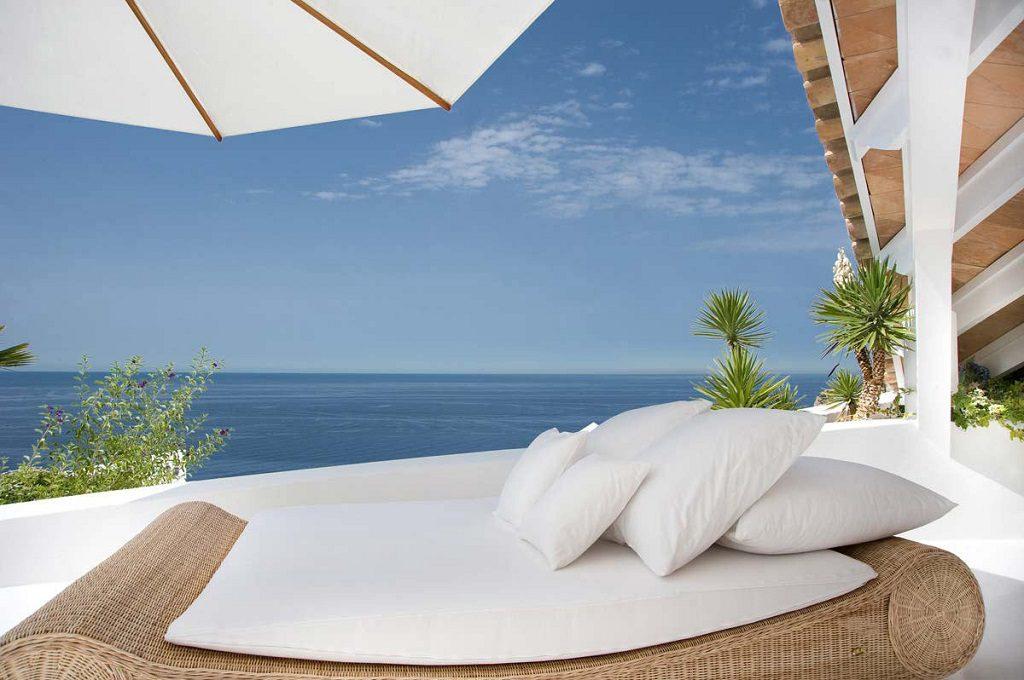 relax exterior vistas mallorca 1024x680 - Espectacular villa en Puerto de Andratx (Mallorca), con un fantástico diseño de gaviota