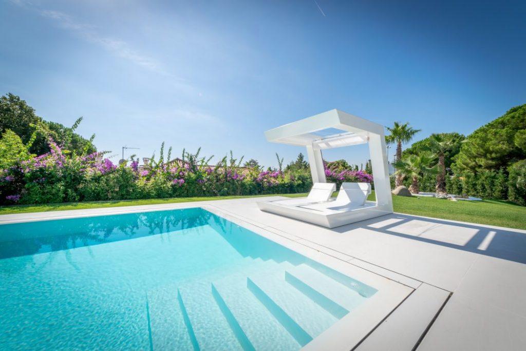 relax piscina 1024x683 - Casa en Alella (Barcelona), de diseño minimalista y piscina primaveral