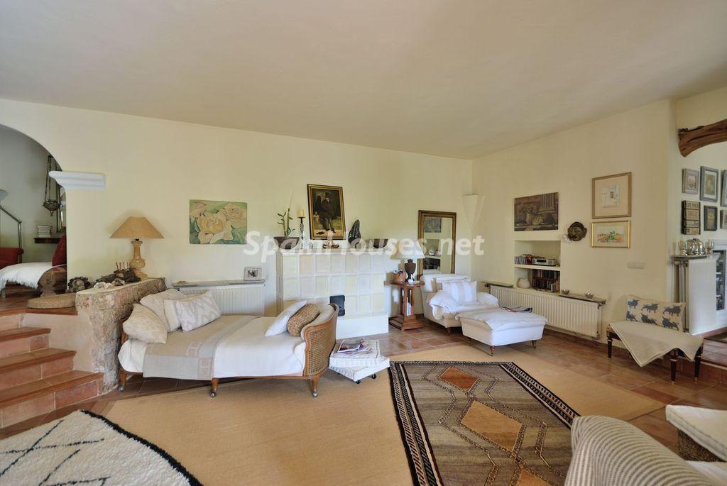 saladeestar1 3 1024x685 - Lujo rústico, naturaleza y encanto en una romántica villa en San José, Ibiza (Baleares)