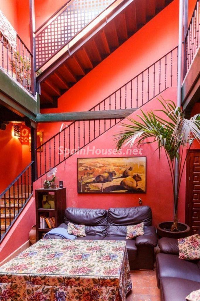 saladeestar2 1 682x1024 - Color tierras florentinas y sabor urbano en una casa en el Casco Antiguo de Sevilla