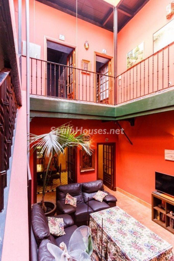 saladeestar3 1 682x1024 - Color tierras florentinas y sabor urbano en una casa en el Casco Antiguo de Sevilla