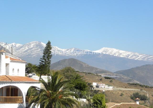 Casas y vistas a Sierra Nevada desde Salobreña (Costa Tropical, Granada)