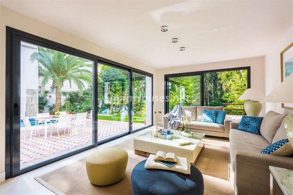 salon 15 1024x683 - Fantástica villa escondida entre los campos de golf de Nueva Andalucía, Marbella (Málaga)