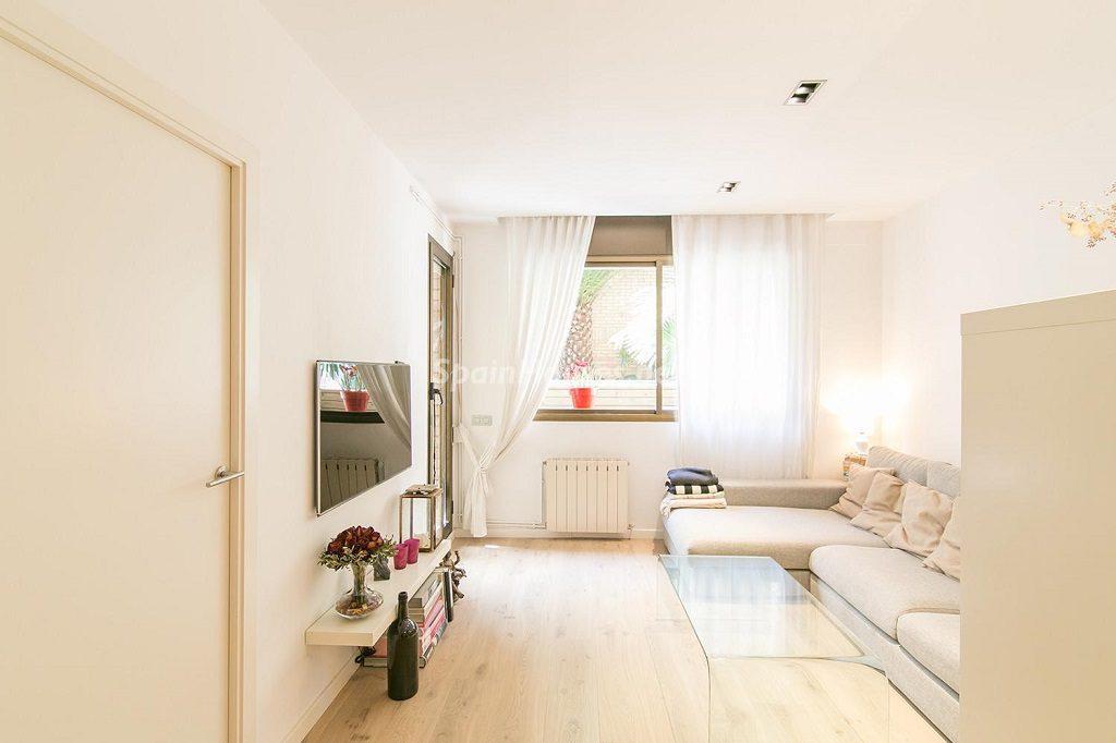 salon 20 1024x682 - Coqueto piso de diseño en Barcelona (Santa Creu i Sant Pau) con un genial patio para disfrutar