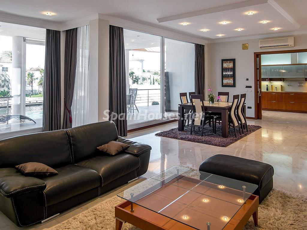 salon 22 1024x768 - Imponente casa entre lo clásico y lo moderno en el Gran Canal de Empuriabrava (Girona)