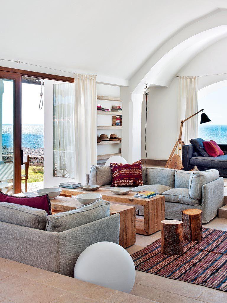 salon 34 768x1024 - Un precioso de refugio otoñal en una casa llena de luz en Menorca (Baleares)