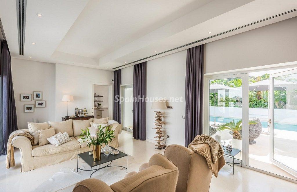 salon 37 1024x664 - Espacios de luz, sol y diseño en una moderna casa en Mijas Costa (Málaga)
