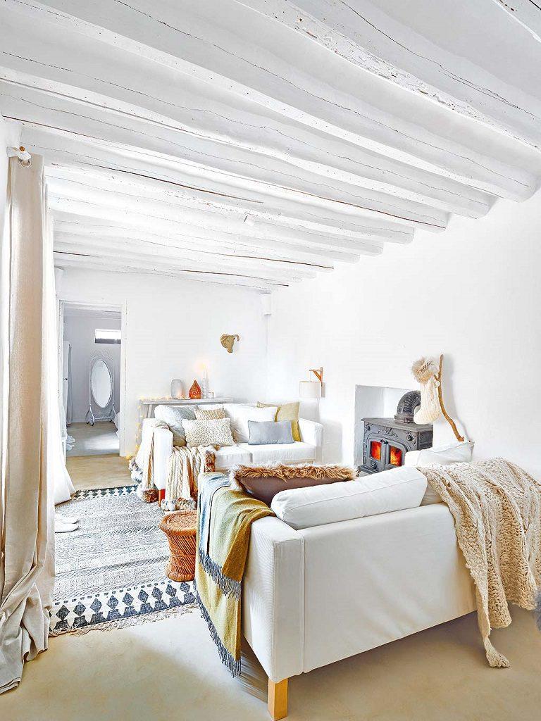 salon 41 768x1024 - Navidad blanca, sutil y nórdica en un cortijo andaluz de ensueño en Málaga