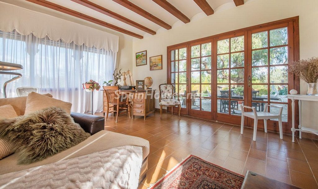 salon 51 1024x608 - Preciosa casa rústica entre viñedos y naturaleza en el Bajo Penedés, Tarragona