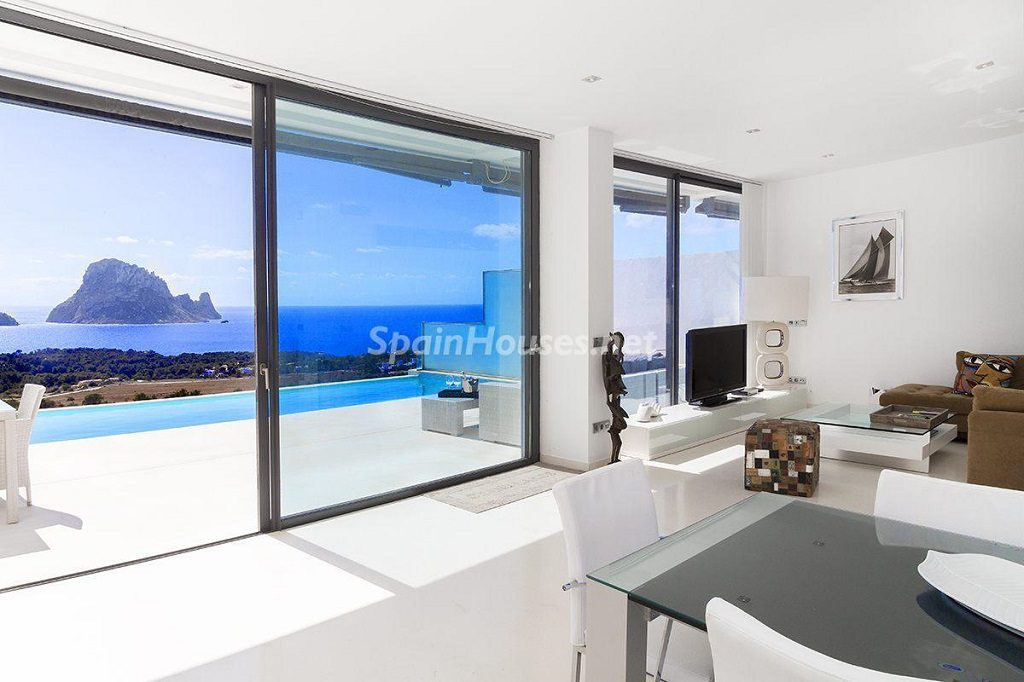 salon 60 1024x682 - Lujo minimalista para una escapada de vacaciones frente a Es Vedrà, Ibiza (Baleares)