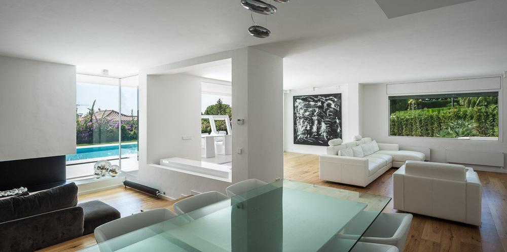 salon 70 - Casa en Alella (Barcelona), de diseño minimalista y piscina primaveral