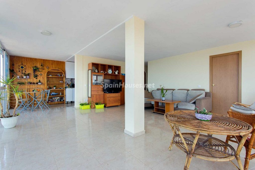 salon 74 1024x682 - Veranos de luz y vistas al mar en un piso en Playa de San Juan (Alicante)