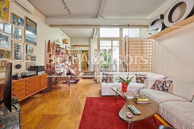 salon barcelona 1 - Este amplio apartamento con piscina en Barcelona es ideal para descansar y disfrutar de la ciudad