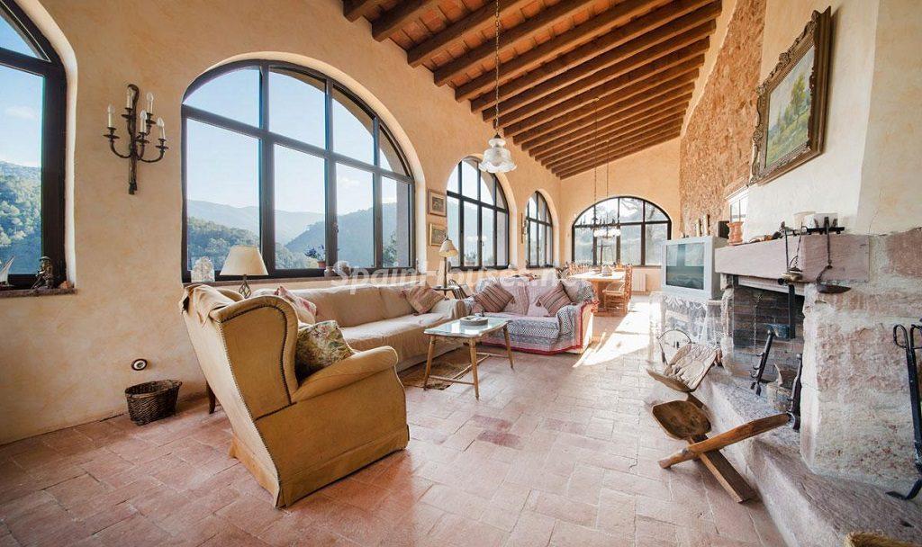 salon chimenea 1 1024x608 - Masía en la montaña: una escapada a la naturaleza a 33 km de Barcelona