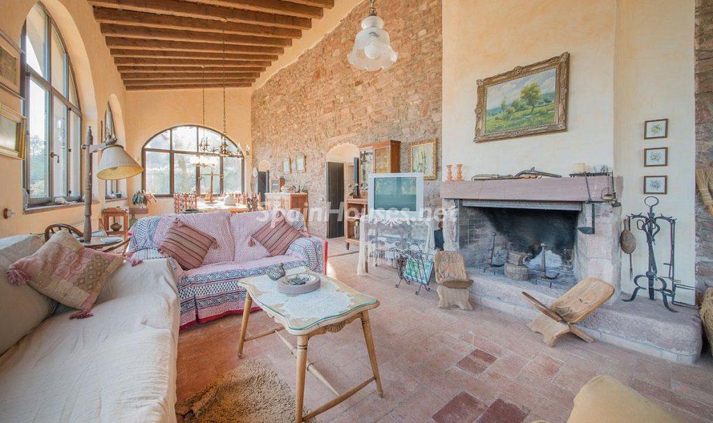 salon chimenea1 1024x608 - Masía en la montaña: una escapada a la naturaleza a 33 km de Barcelona