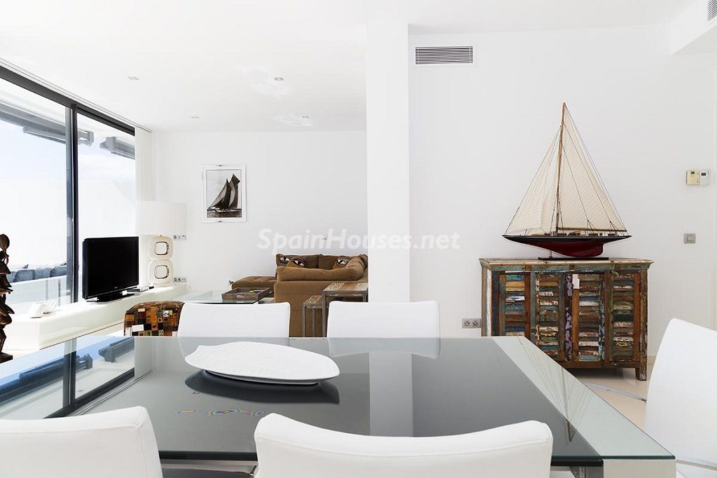 salon comedor 12 1024x682 - Lujo minimalista para una escapada de vacaciones frente a Es Vedrà, Ibiza (Baleares)