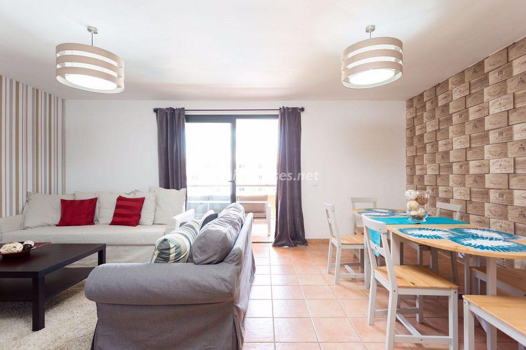 salon comedor 13 1024x682 - Sencilla simetría y vistas al mar en un apartamento en Playa Paraíso, Adeje (Tenerife)