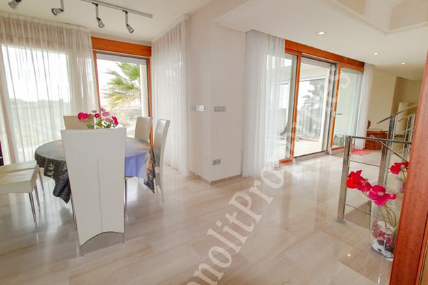 salon comedor 16 - La casa de tus sueños es este chalet de lujo en Alicante situado junto al mar