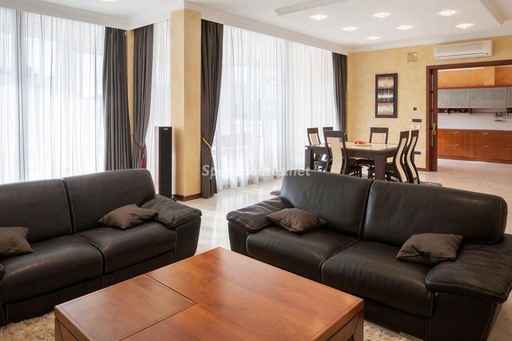 salon comedor 2 1024x682 - Imponente casa entre lo clásico y lo moderno en el Gran Canal de Empuriabrava (Girona)